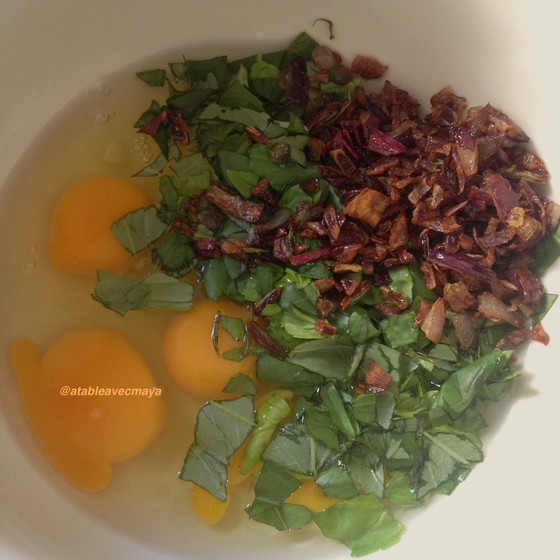 2. oeufs, basilic, oignons frits