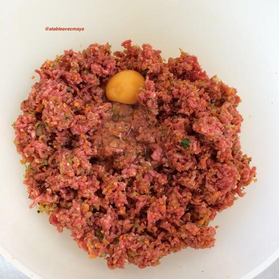 5. on ajoute la viande, les oeufs et le lait
