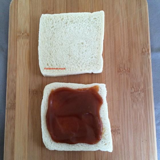 3. on étale le caramel sur le pain