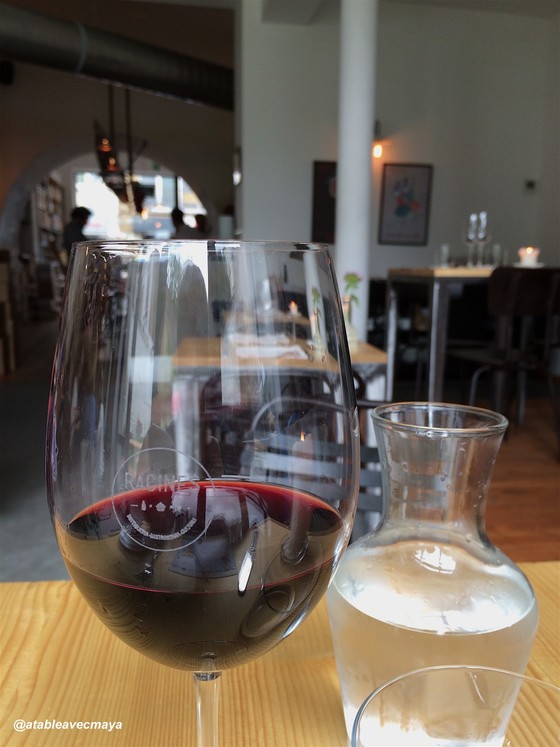 1. Racines - la salle et verre de vin