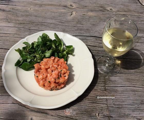 6. tatre saumon - assiette et vin blanc